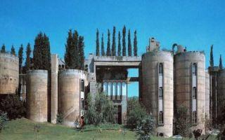 Архитектура: Всего за 2 года архитектор перестроил заброшенный завод так, что он стал похож на средневековую крепость