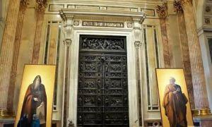 Архитектура: Для чего в старых зданиях Санкт-Петербурга стоят огромные двери