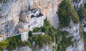 Архитектура: Святилище Богоматери Короны – старинная итальянская церковь, построенная в скалах над обрывом