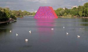 Скульптура художника Кристо на озере Серпентайн