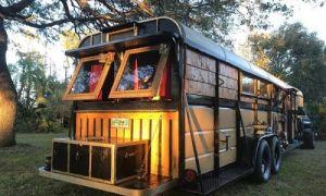 Архитектура: Из трейлера для перевозки лошадей сделали «цыганские» апартаменты: интерьер вызвал неоднозначные комментарии в сети