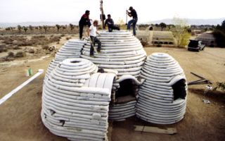 Архитектура: Архитектор создает дома из мешков с песком и утверждает, что такие жилища самые защищенные