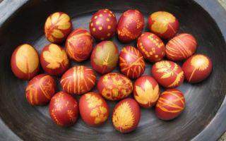 Как покрасить яйца с помощью листьев