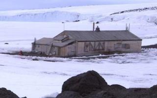 Архитектура: Хижина простояла нетронутой в Антарктиде несколько десятков лет, ее интерьер и содержимое коробок буквально сбили с толку